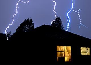 Sommerzeit ist Gewitterzeit! Schäden durch Blitzschlag: Wir zeigen Ihnen, wie Sie Ihren Anschluss vor Überspannungsschäden schützen.